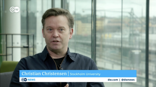 Christian Christensen intervjuas om den svenska strategin i tyska DW. Foto: Screenshot DW © 2021